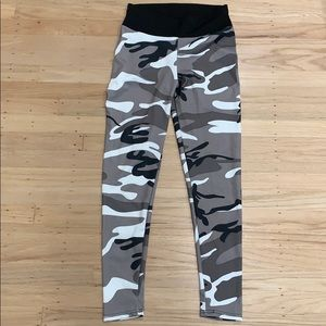Size medium NWOT camo leggings